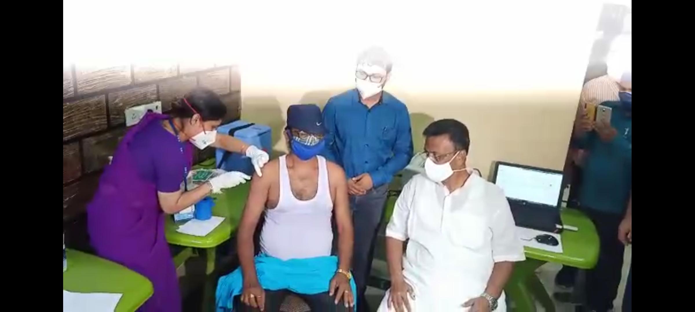 ময়দানে পরিবহণ কর্মীদের ভ্যাকসিন শুরু করালেন পরিবহণমন্ত্রী